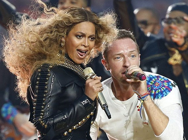 Image of Chris Martin and Beyonce singing at the Super Bowl
