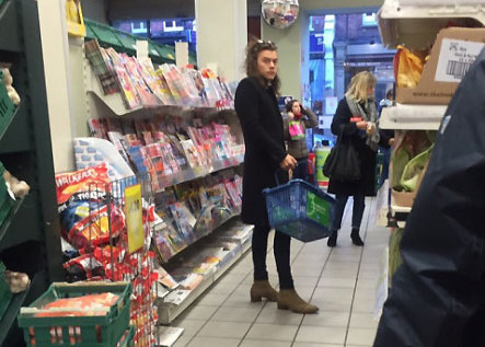 Photo showing Harry Styles shopping in supermarket