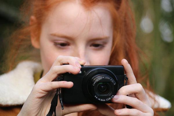 Photo of girl using Canon Powershot G7X camera