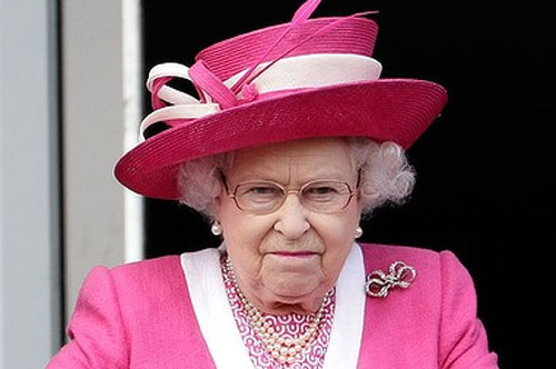 Picture of the Queen wearing a pink hat